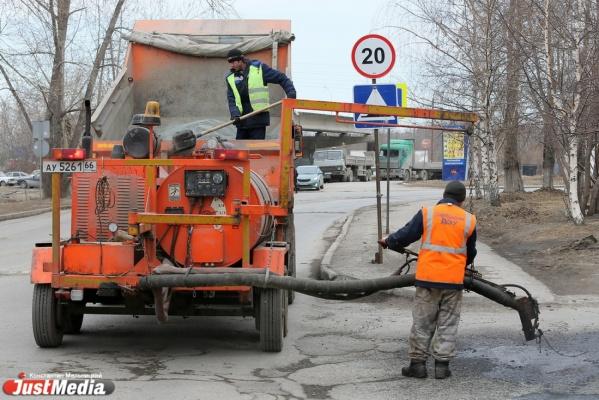 Размытый участок дороги до Кытлыма восстанавливают 10 единиц техники