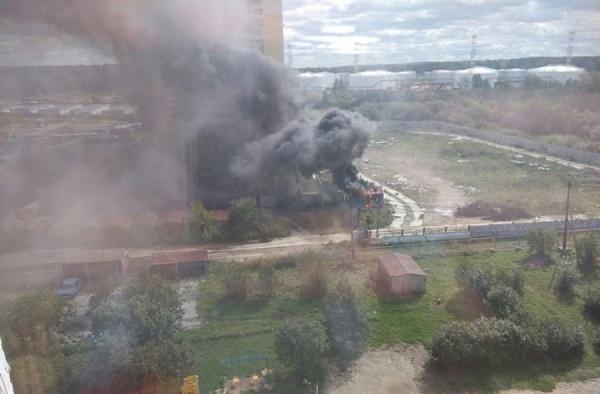Из-за пожара Компрессорный накрыло черным дымом. ФОТО
