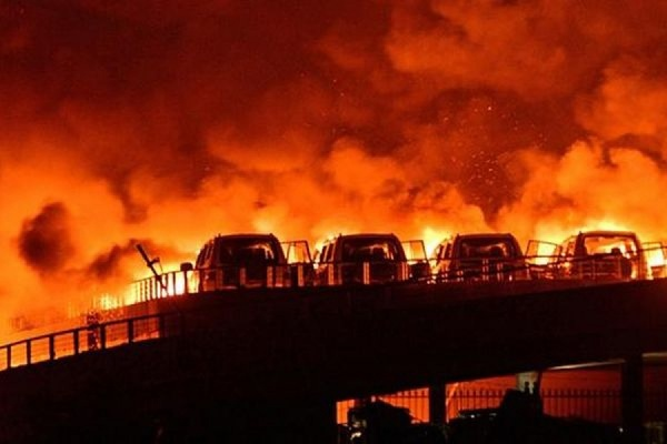 В китайском портовом городе Тяньцзинь на месте взрывов вспыхнули новые пожары