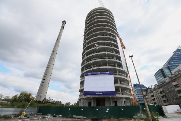 В центре города на строительный кран повесили киноэкран