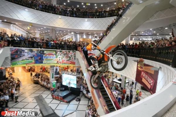 Совершить невозможное. Уральские мотофристайлеры летали на мотоциклах между этажами «Гринвича». ФОТО