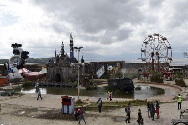 В Великобритании открылся созданный уличным художником Бенкси «Мрачный Диснейленд»