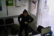 Екатеринбургские полицейские разыскивают грабителя, напавшего с кухонным ножом на пункт микрозаймов
