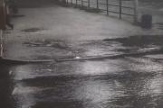 Куриная тушка, бутылки и тряпье стали причиной разлива воды из люка на Мичурина