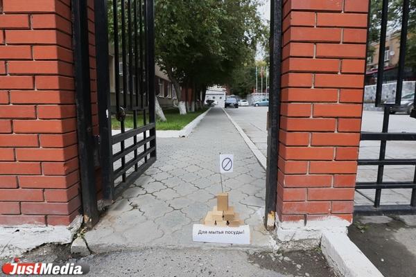 В Екатеринбурге перед офисом Роспотребнадзора появилась пирамида из хозяйственного мыла