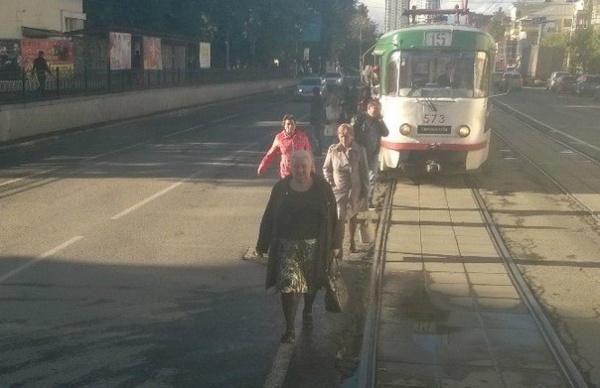В центре Екатеринбурга встали трамваи, пассажиры идут пешком