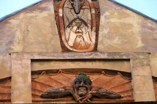 С исторического здания в Петербурге сбили фигуру Мефистофеля