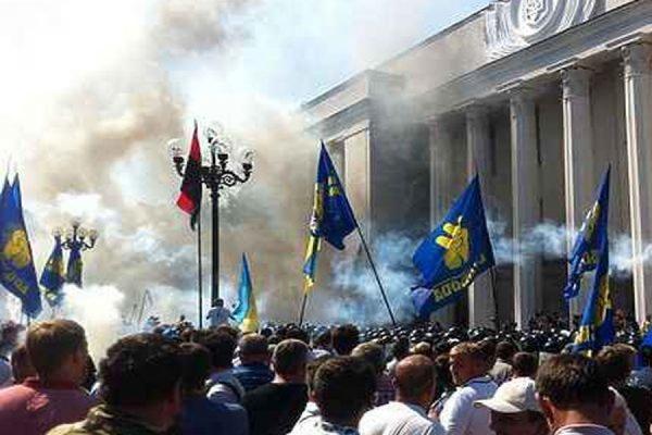 В результате взрыва у Верховной Рады пострадало 30 силовиков