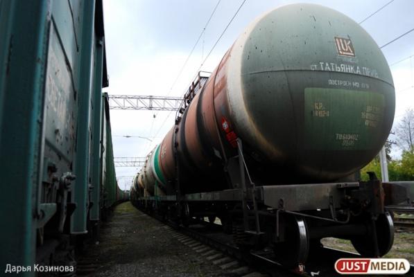 В Белоярке с рельсов сошел локомотив с пятью грузовыми вагонами
