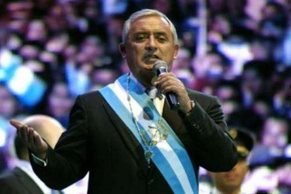 Суд выдал ордер на арест действующего президента Гватемалы