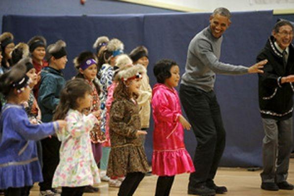 Барак Обама на Аляске вместе с детьми исполнил народный танец аборигенов