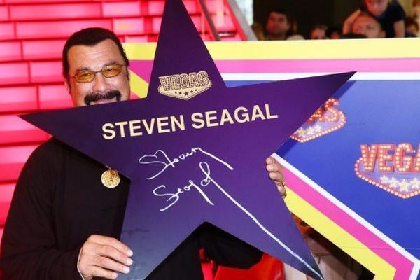 На аллее славы в Москве появилась именная звезда Стивена Сигала