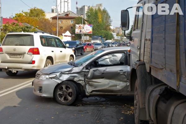 В Екатеринбурге Камаз влетел в бок иномарки
