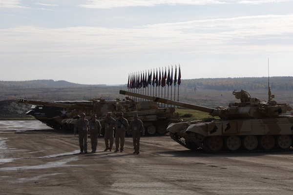 В Нижнем Тагиле стартовала выставка вооружения Russia Arms Expo-2015. Посетителей ждет зрелищный бой танков с участием актера Андрея Мерзликина. ФОТО