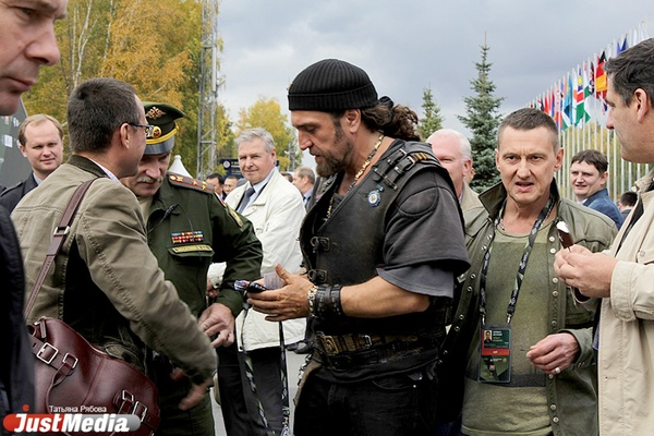 Хирург приехал?! Путинский байкер удивил посетителей RAE-2015