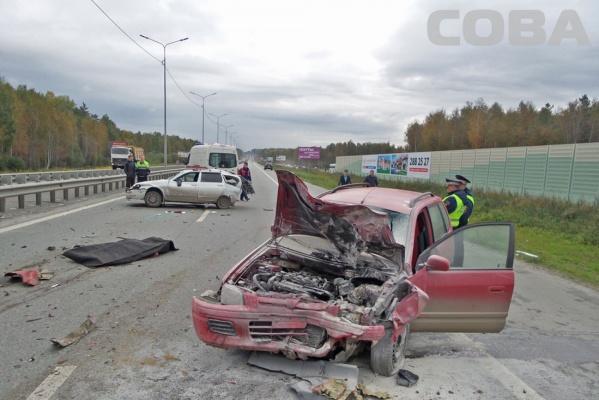 Жуткая авария на Московском тракте! Иномарка на скорости влетела в авто и раскидала по трассе стоявших поблизости людей. ФОТО 18+