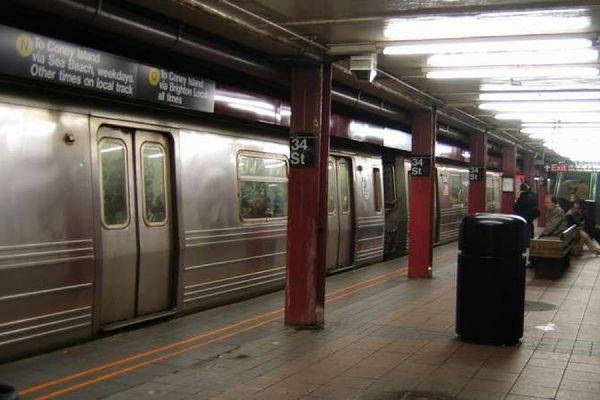 Поезд со 150 людьми сошел с рельсов в метрополитене Нью-Йорка