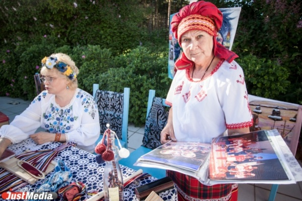 В центре Екатеринбурга появится деревня с поцелуйными играми и танцами под балалайку