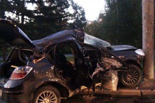 В Екатеринбурге Opel въехал в столб освещения. Один пассажир погиб, водитель — в больнице