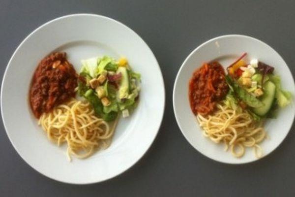 Ученые выяснили, что большие тарелки и чашки заставляют людей переедать