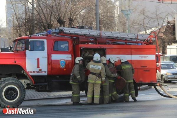 В Екатеринбурге огонь с горевшего мусорного контейнера перекинулся на иномарку