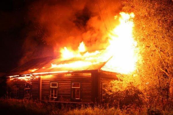 В поселке Майкор Пермского края в сгоревшем доме обнаружены восемь тел