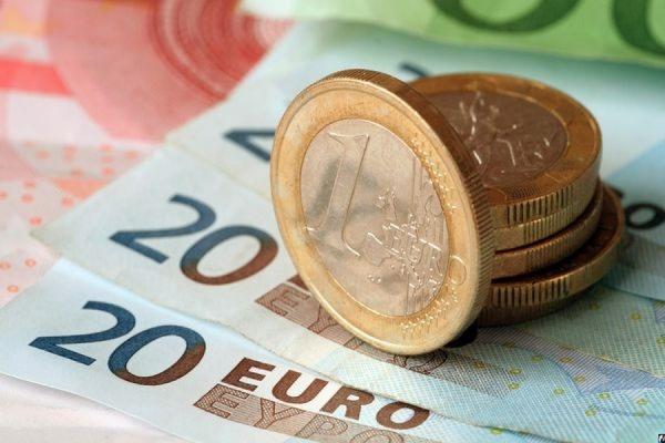 Официальный курс евро к рублю на пятницу снизился до 73,94 рубля