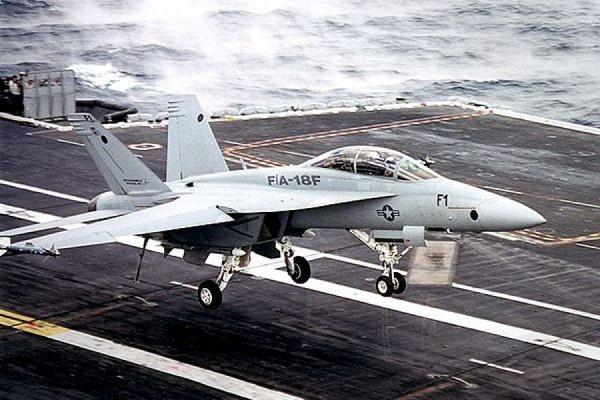 Палубный истребитель F-18 разбился рядом с военной базой в Калифорнии