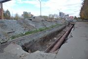 Забор из мятого профлиста и кучи земли вокруг. Административная комиссия может оштрафовать СТК на 100 тысяч рублей. ФОТО