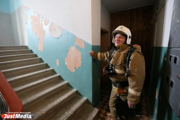 В Чкаловском районе Екатеринбурга пожарные вынесли из горевшего дома пенсионерку
