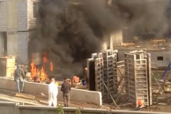 На Челюскинцев горит строящийся жилой дом