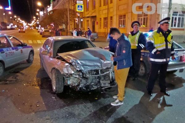 На Малышева накануне ночью столкнулись две машины