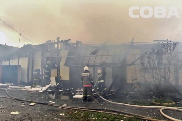 Из-за непогоды крупный пожар уничтожил два частных дома в Новоберезовском