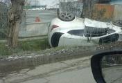 На окраине Екатеринбурга девушка за рулем Opel заехала в кювет и перевернулась