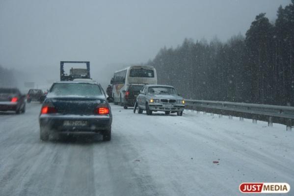 На Серовском тракте водитель УАЗа залетел под встречный автобус. Один человек погиб