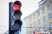 В Екатеринбурге пьяный водитель иномарки, проехав на красный свет, врезался в Nissan. Пострадали четыре человека