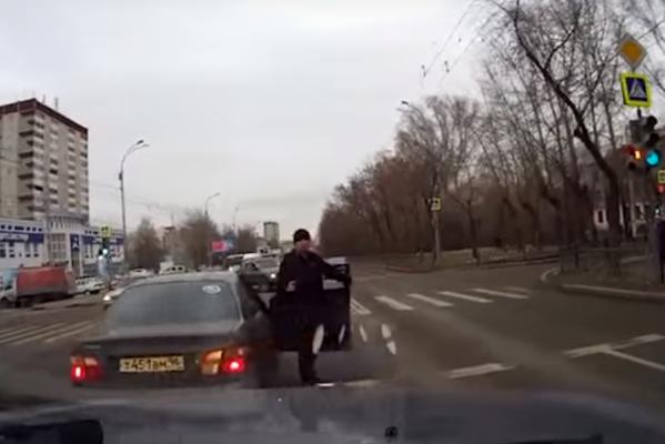 В Екатеринбурге объявился последователь Новоселова. Неизвестный обстрелял машину пенсионеров