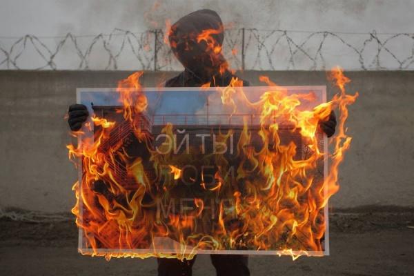 Уличный художник Тимофей Радя сжег свою работу