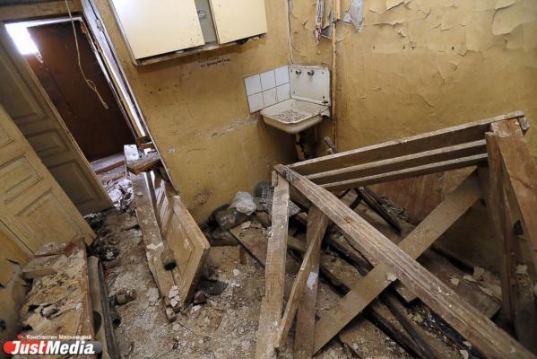Капремонт по-караваевски: в Камышлове в доме, построенном еще при Романовых, рухнувший потолок едва не убил семью с детьми