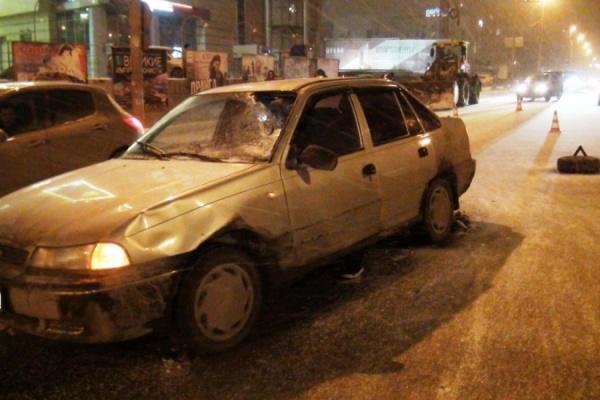 В центре Екатеринбурга двое пешеходов-нарушителей попали под машину