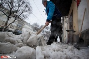 Службы благоустройства убирают снег в Екатеринбурге круглосуточно