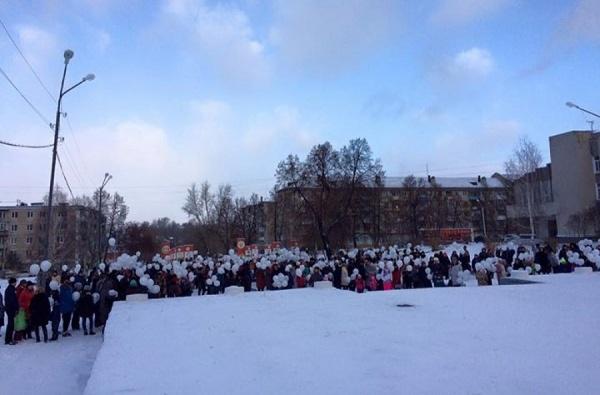 Свердловчане почтили память погибших в Египте туристов. В Алапаевске запустили в небо 224 белых шара на 9-й день трагедии