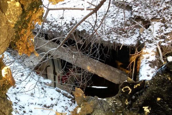 В Ирбите ветхий гараж «скорой помощи» раздавил автомобиль