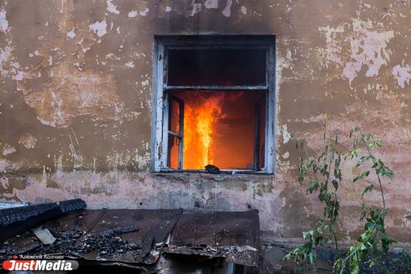 В Байкаловском районе при пожаре в частном доме погибли три человека