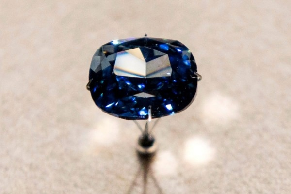 "Бриллиант ""Голубая луна"" продан на аукционе за рекордную сумму"