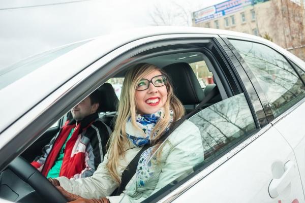 Гонки для девушек состоялись в Екатеринбурге: более 60 красавиц показали себя в скоростном маневрировании