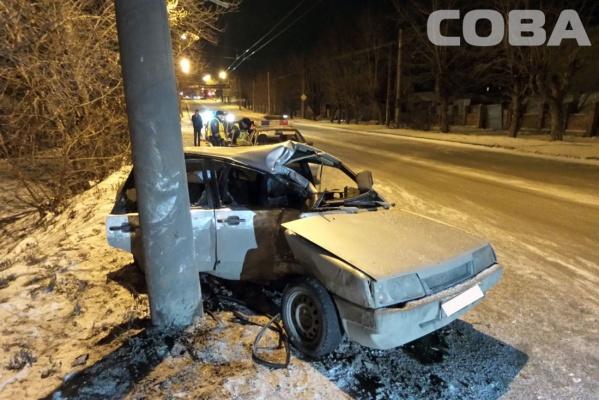 В Екатеринбурге водитель легковушки влетел в столб и убежал с места ДТП