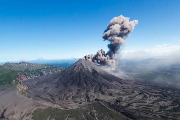 Вулкан Карымский на Камчатке выбросил пепел