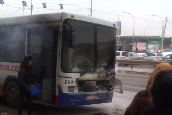 В Екатеринбурге автомобилисты потушили загоревшийся автобус