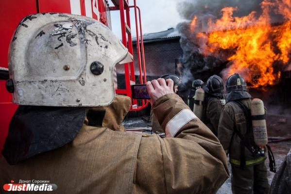В Екатеринбурге ночью на площади 100 квадратных метров сгорел частный дом